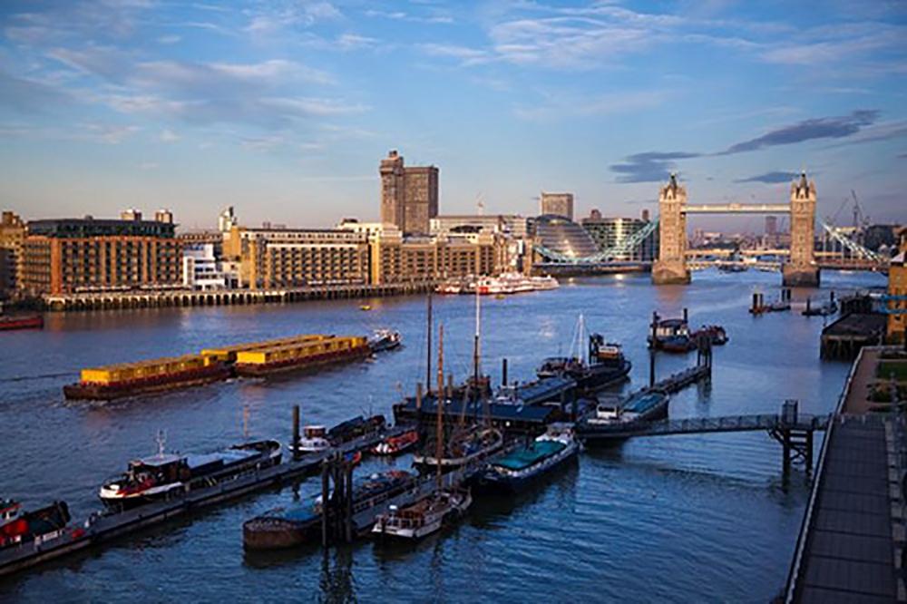 ヘルミタージュ・コミュニティ・桟橋から夕暮れの美しいタワーブリッジを望む(使用承諾申請中)