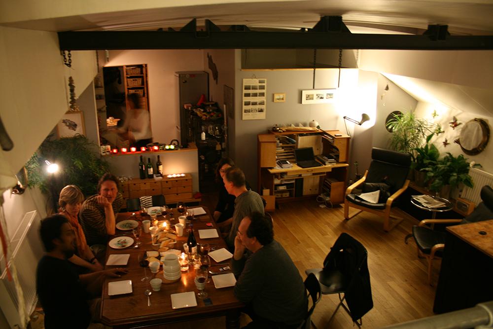 Rockの内部・週末は仲間が集まって夕食をとりながら会話も弾む