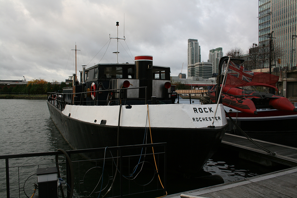 こちらはRockという名の物資運搬船。内部はとても快適に改装されており、キッチンやトイレはもちろんのこと、風呂や暖炉も備えている。名前はオリジナルのまま