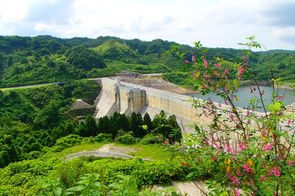 ▲尾原ダム。雲南市と奥出雲町にまたがるダム湖「さくらおろち湖」