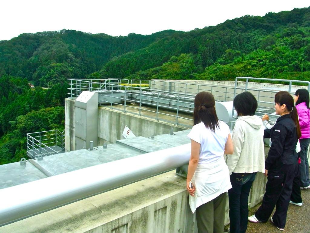 ▲「尾原ダム」の構造の説明を受ける平野さんと参加者