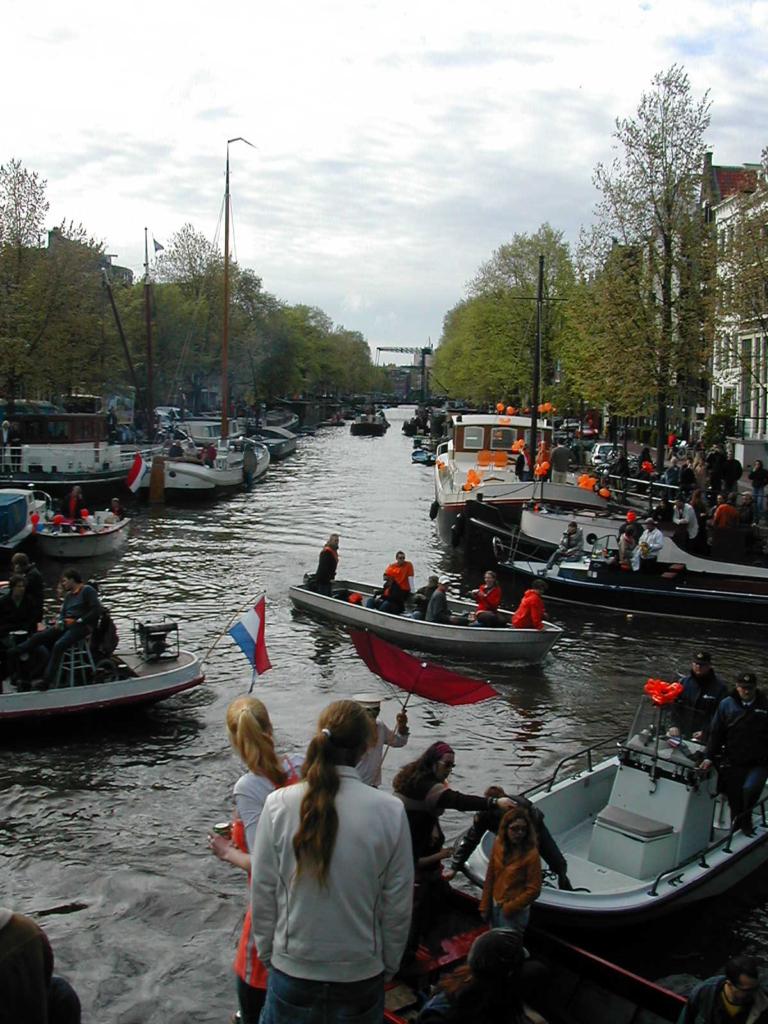 オランダの国王様の誕生日では市民がたくさんのボートを出してお祝いする