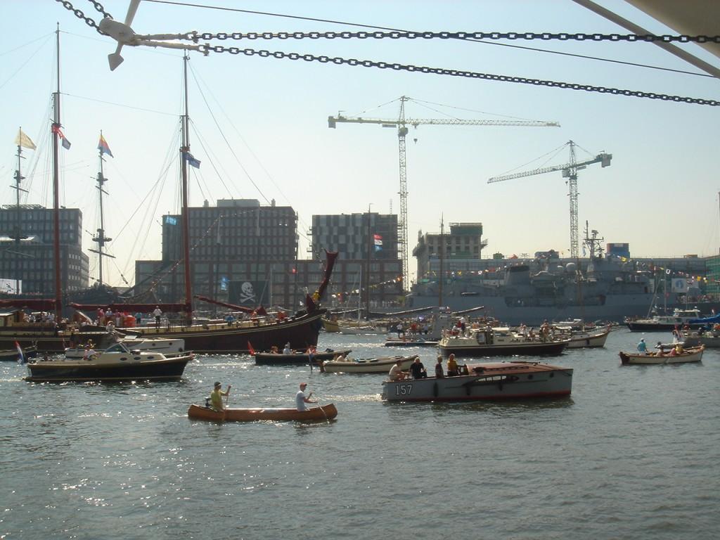 港湾地区の新しい住宅街の前を手漕ぎの船やモーターボート等が悠々とすすむ。(上3点の写真はすべて根津幸子撮影)