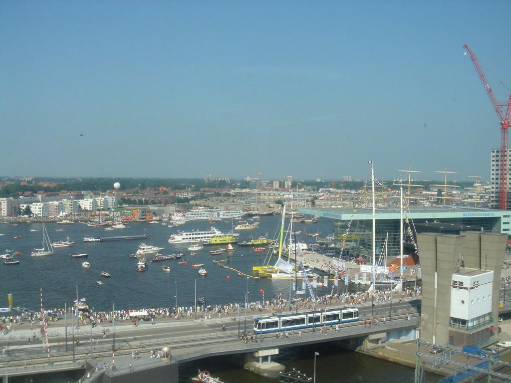 2010年のSAILのようす。 アムステルダム中央駅前の水辺にも大小さまざまな船が往き交う。