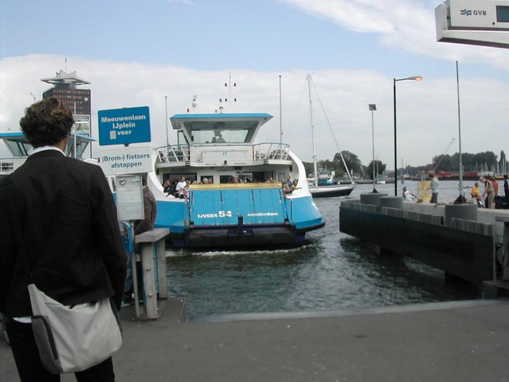 アムステルダム中央駅そばから乗ることができる無料のフェリー