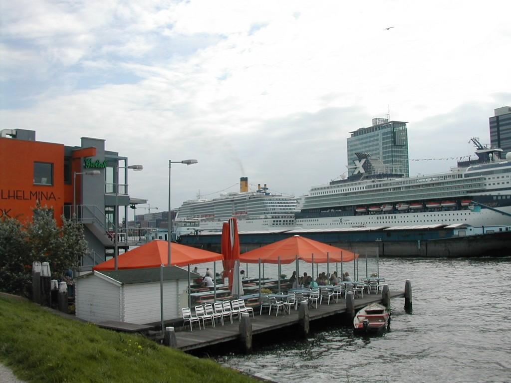「カフェ・パックハイス・ヴェルヘミナ(Cafe Pakhuis Welhemina)」はアトリエやオフィスも併設する。 ※http://www.cafepakhuiswilhelmina.com/(オランダ語のみ)