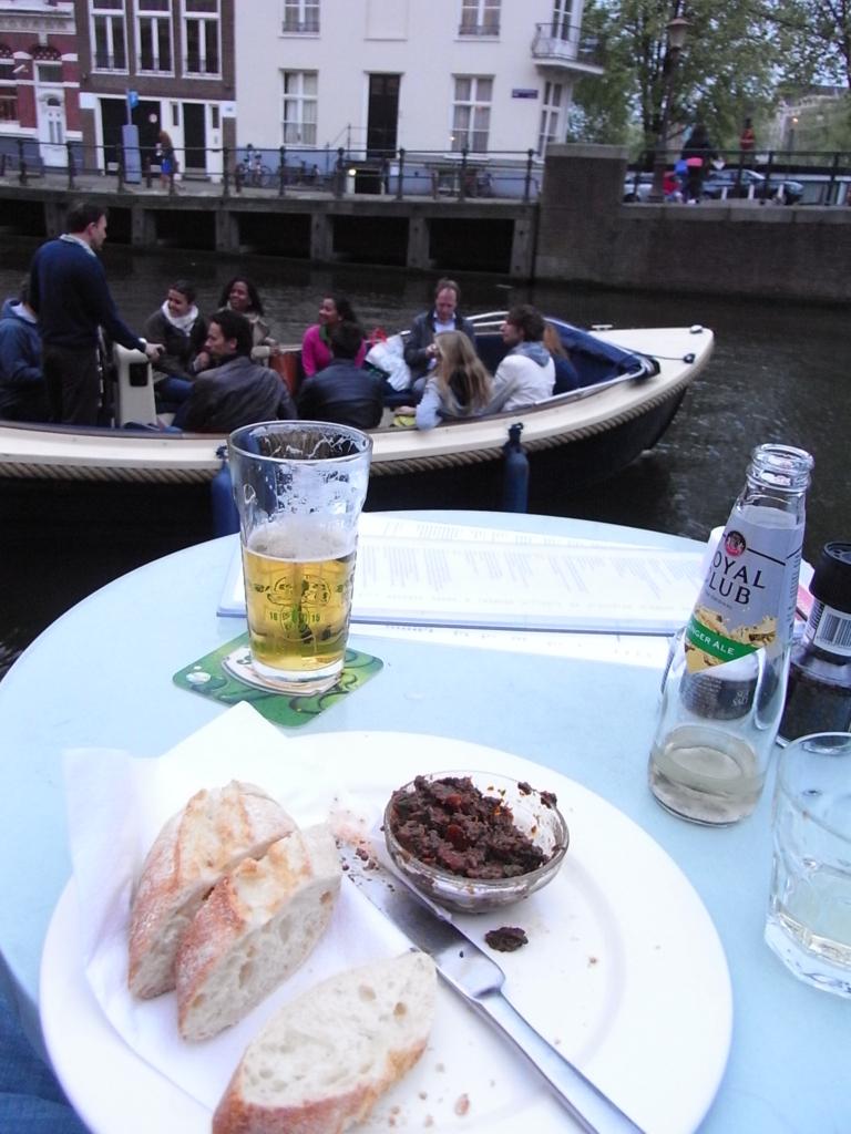 カフェ「デ・ヤーレン」にて。水辺の食事が心地よい。 (http://www.cafedejaren.nl/en/de-Jaren/Home.html)