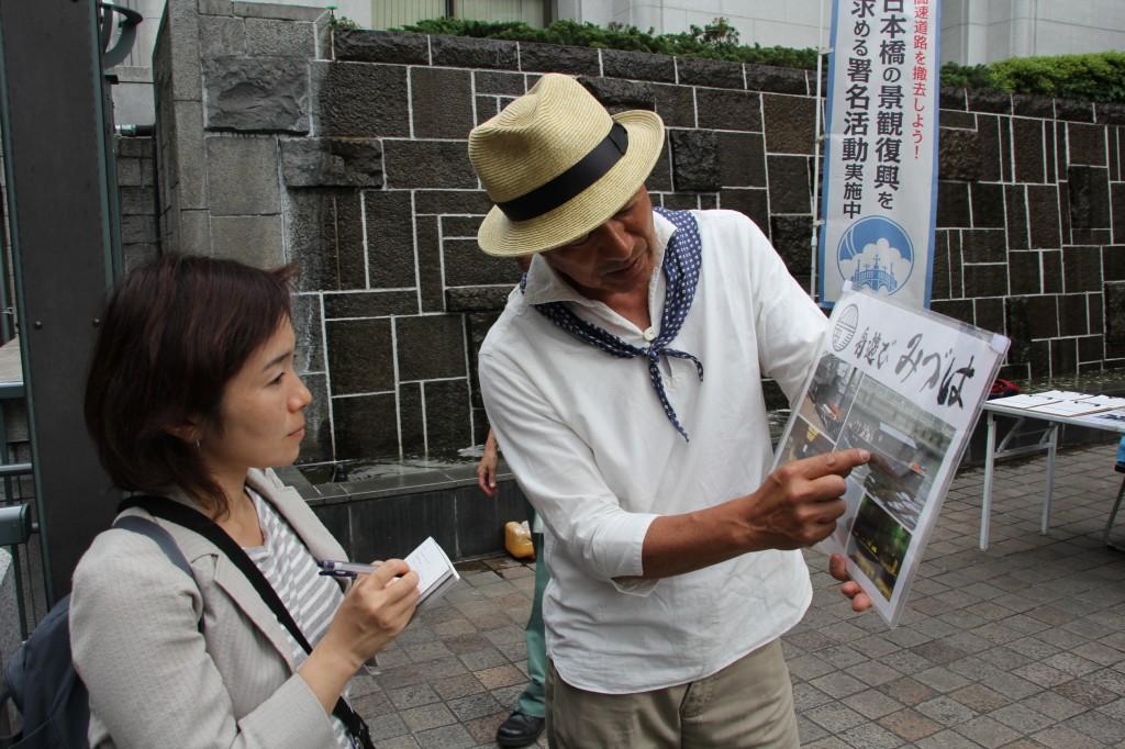 佐藤勉さん(右)と筆者