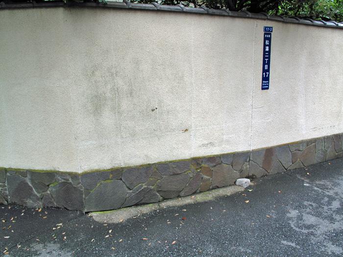 09_塀の下に残る水路遺構