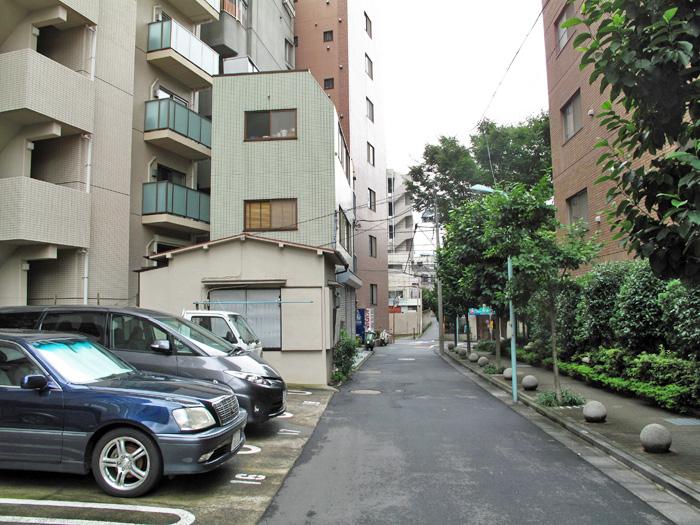 10_水路上の駐車場と建物